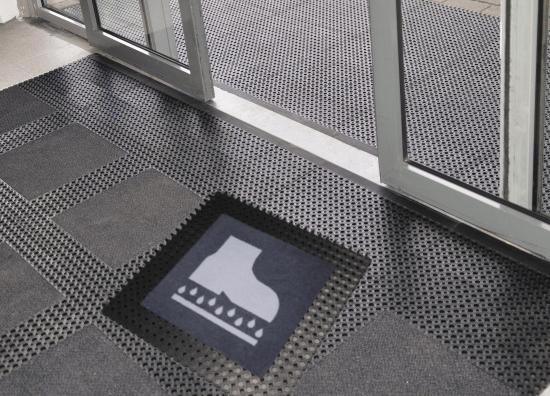 Zdezynfekuj buty przy drzwiach