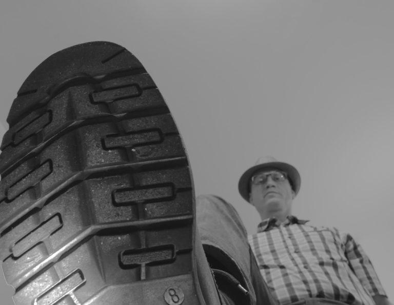 Czy wirus może przenosić się na butach ?