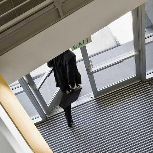 Jak dobrać maty wejściowe, żeby zmniejszyć koszty sprzątania w budynkach użyteczności publicznej?
